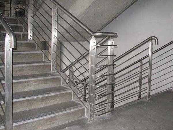Làm lan can cầu thang inox kính tại quận 1